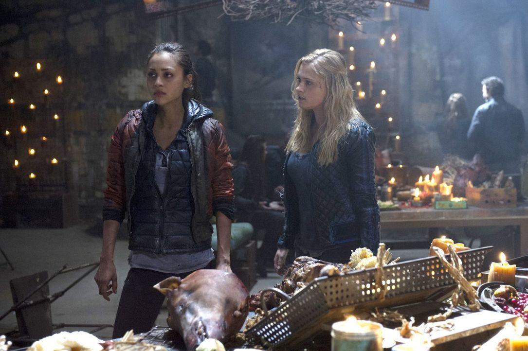 Raven (Lindsey Morgan, l.) ist tief enttäuscht von Clarke (Eliza Taylor, r.) und kann ihre Gefühle nur schwer unter Kontrolle bringen ... - Bildquelle: 2014 Warner Brothers