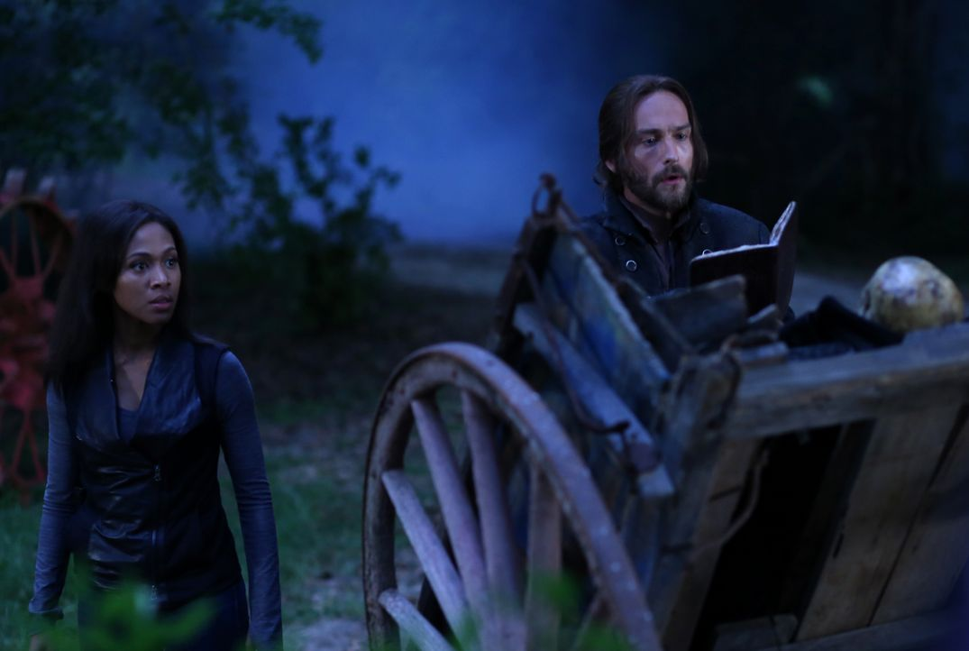 Greifen auf eine gefährliche Waffe zurück: Ichabod (Tom Mison, r.) und Abbie (Nicole Beharie, l.) ... - Bildquelle: 2014 Fox and its related entities. All rights reserved.