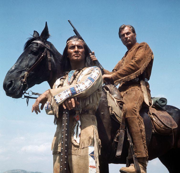 Mit ihrer Blutsbrüderschaft besiegeln sie eine große Freundschaft. Von nun an werden Winnetou (Pierre Brice, l.) und Old Shatterhand (Lex Barker,... - Bildquelle: Columbia Pictures