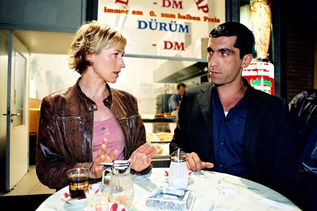 Eva Blond (Corinna Harfouch, l.), eine intelligente und mutige Polizistin, bekommt einen neuen Kollegen zur Seite gestellt - den Türken Alyans (Erd... - Bildquelle: Sat.1