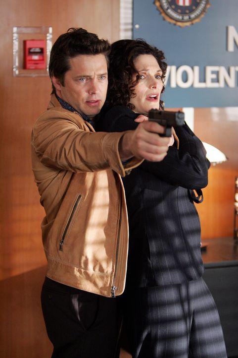 Während den Ermittlungen, wird Anne (Mary Elizabeth Mastrantonio, r.) von Alan Davis (Jason Priestley, l.) als Geisel genommen ... - Bildquelle: Warner Bros. Entertainment Inc.