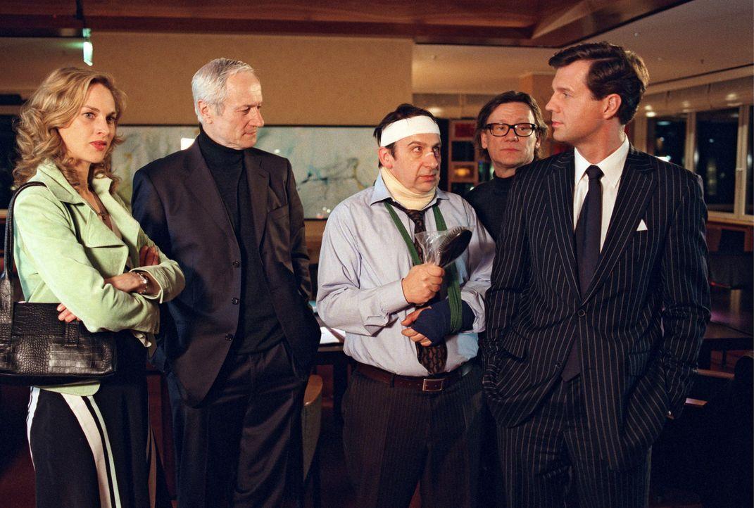 Nina (Sophie von Kessel, l.), Lassalle (Hans Jörg Assmann, 2.v.l.), Chefredakteur und Felix (Thomas Heinze, r.) sind froh das Dr. Schreier (Wolf Bac... - Bildquelle: Noreen Flynn Sat.1