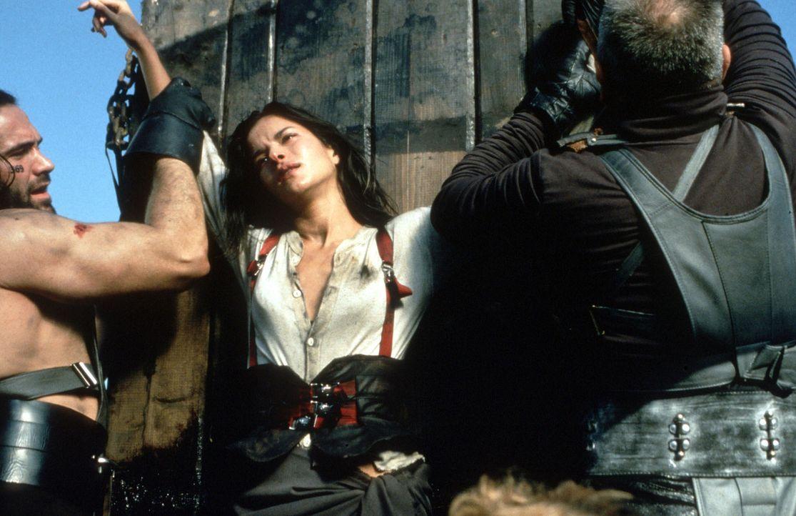 Gerät mitten in den Kampf zwischen dem kampferprobten Waffenmeister Roland und dem Fluch beladenen Beowulf: Kyra (Rhona Mitra) ... - Bildquelle: Kinowelt Filmverleih