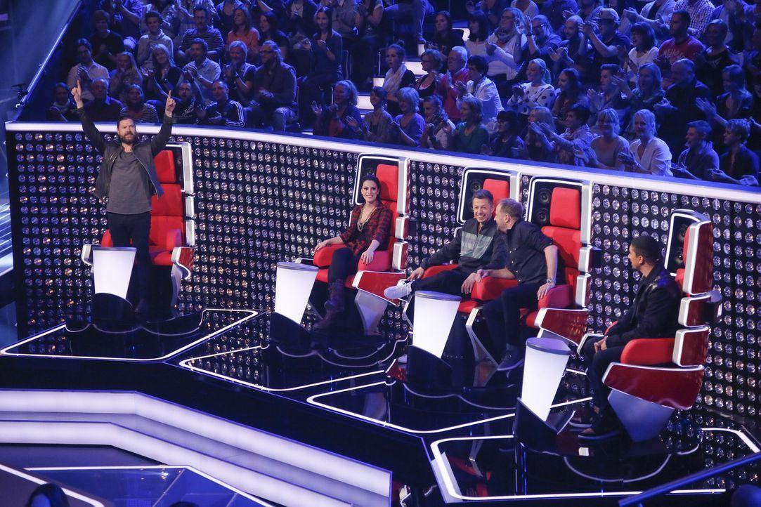 In zwei Fünfergruppen performen die zehn Sänger eines Teams nacheinander ihren Lieblingssong. Schwere Entscheidung: Ihr Coach darf nur drei Talente... - Bildquelle: Richard Hübner SAT.1/ProSieben