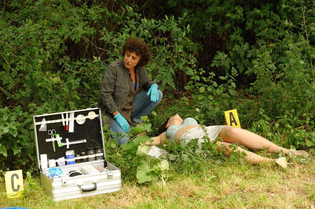 Tereza (Adriana Altaras, l.) hofft am Tatort wichtige Hinweise zu finden, damit der Mörder der jungen Frau schnellstmöglich gefunden werden kann ... - Bildquelle: Hardy Spitz SAT.1