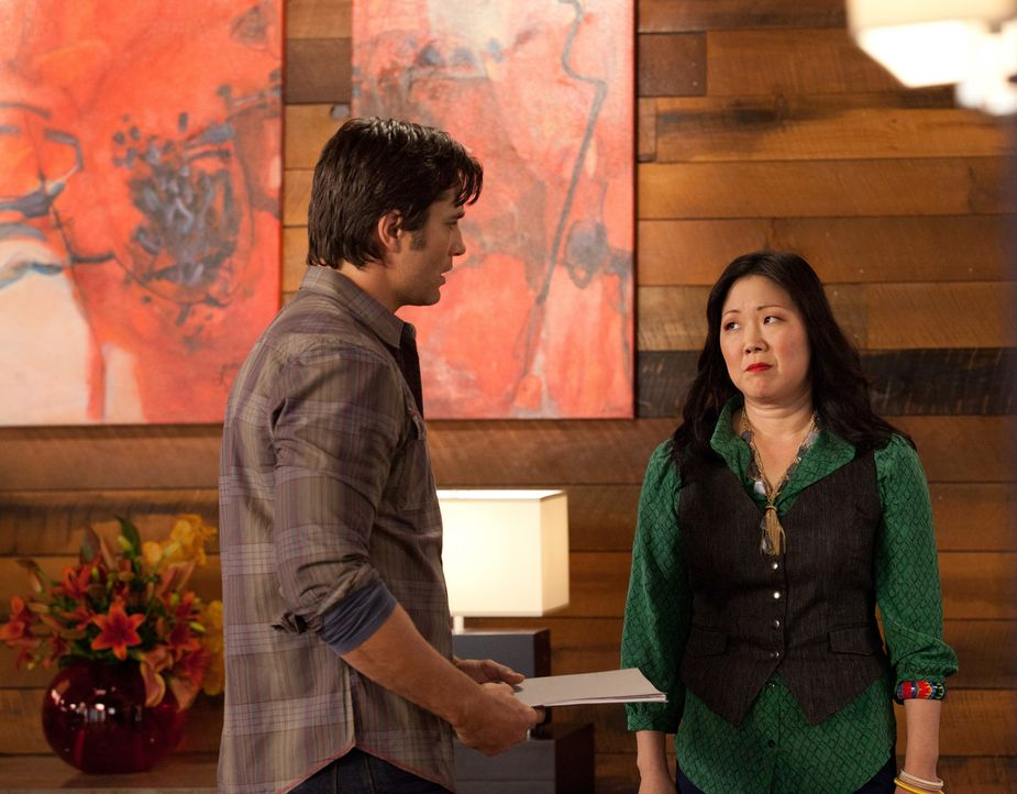 Teri (Margaret Cho, r.) lüftet ein schreckliches Geheimnis ihres Freundes Gary (Victor Webster, l.). Die Beziehung droht zu kippen ... - Bildquelle: 2011 Sony Pictures Television Inc. All Rights Reserved.