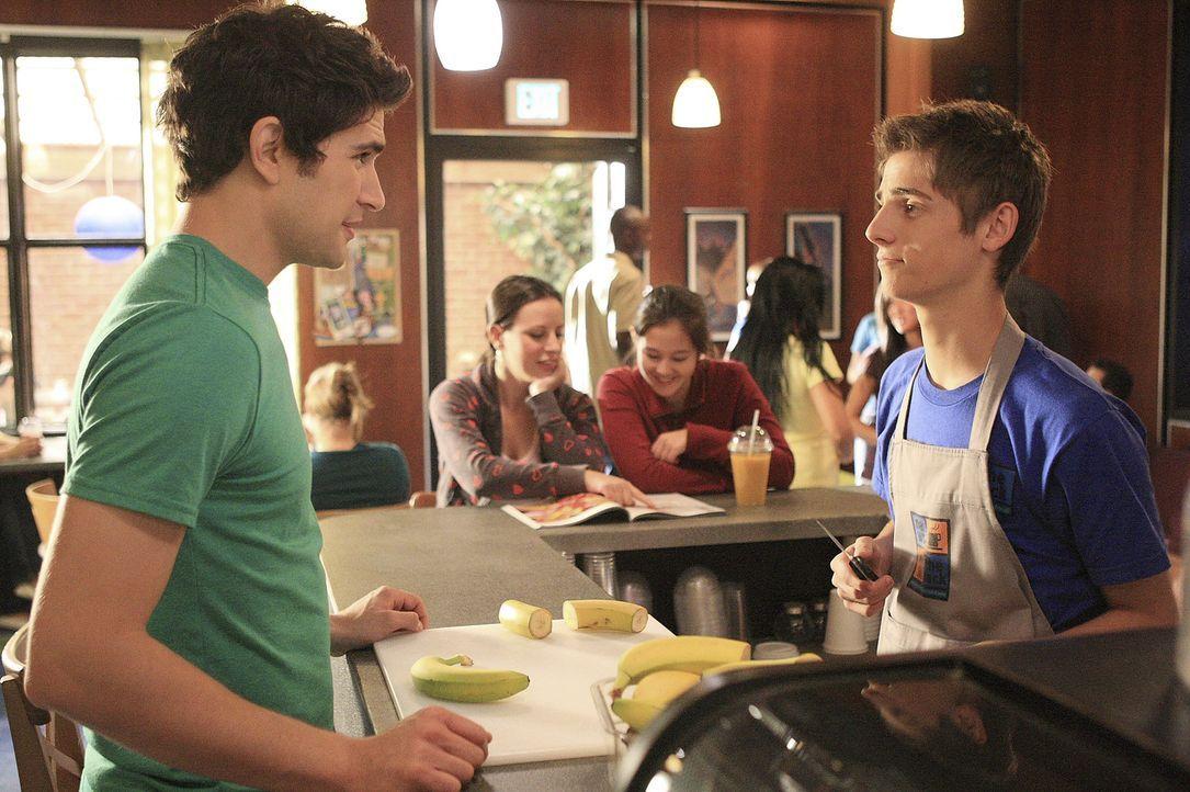 Josh (Jean-Luc Bilodeau, r.) versucht Kyle (Matt Dallas, l.) zu helfen, denn dieser wird verdächtigt, hinter dem Hackversuch am Schulserver zu stec... - Bildquelle: TOUCHSTONE TELEVISION