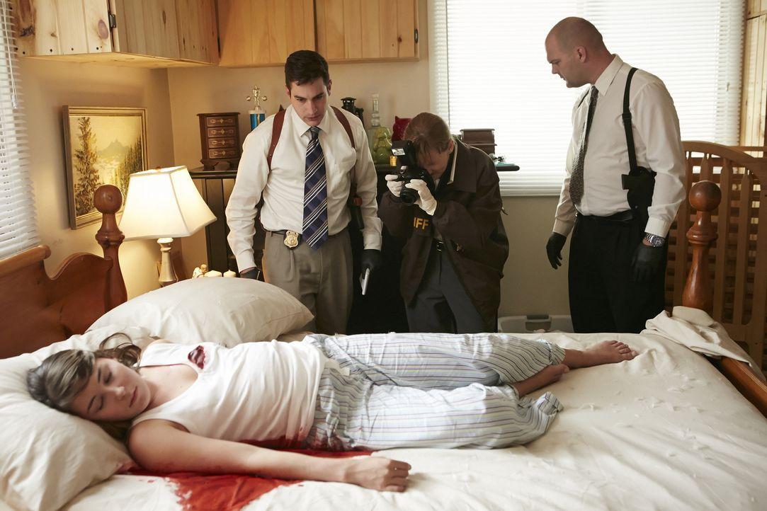 Die schwangere 23-jährige Lisa Techel (Jade Percival, M.) aus Iowa wird in ihrem Ehebett erschossen, während ihr Mann unter der Dusche steht. Die Er... - Bildquelle: Ian Watson Cineflix 2015