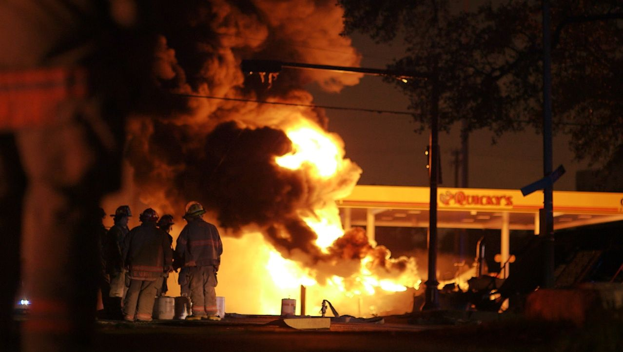 Nach einer Kollision an einer Tankstelle in New Orleans stehen zwei Lastwagen in Flammen. Die tapferen Feuerwehrleute tun alles, um den Brand schnel... - Bildquelle: 2014 Wolf Reality, LLC and 44 Blue Productions, Inc.  All Rights Reserved.