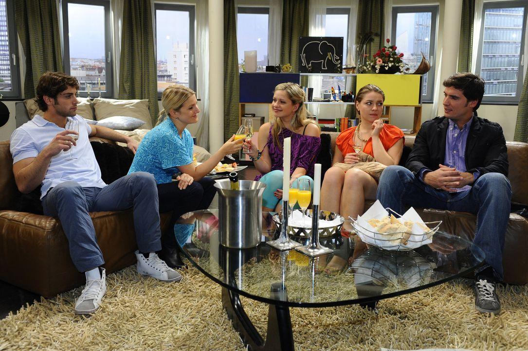 Verbringen einen gemeinsamen Abend: Jonas (Roy Peter Link, l.), Anna (Jeanette Biedermann, 2.v.l.), Mia (Josephine Schmidt, M.), Katja (Karolina Lod... - Bildquelle: SAT.1