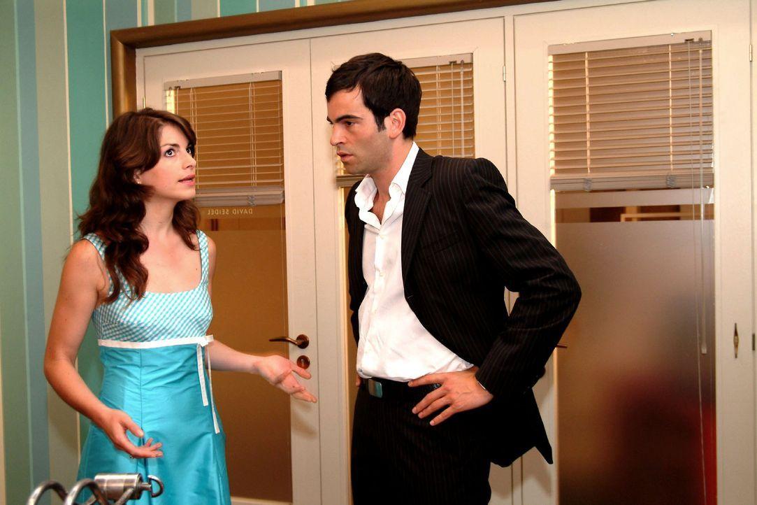 Mariella (Bianca Hein, l.) macht David (Mathis Künzler, r.) große Vorwürfe, dass er sie in seine Entscheidungen nicht einbezieht und lässt sich durc... - Bildquelle: Monika Schürle Sat.1