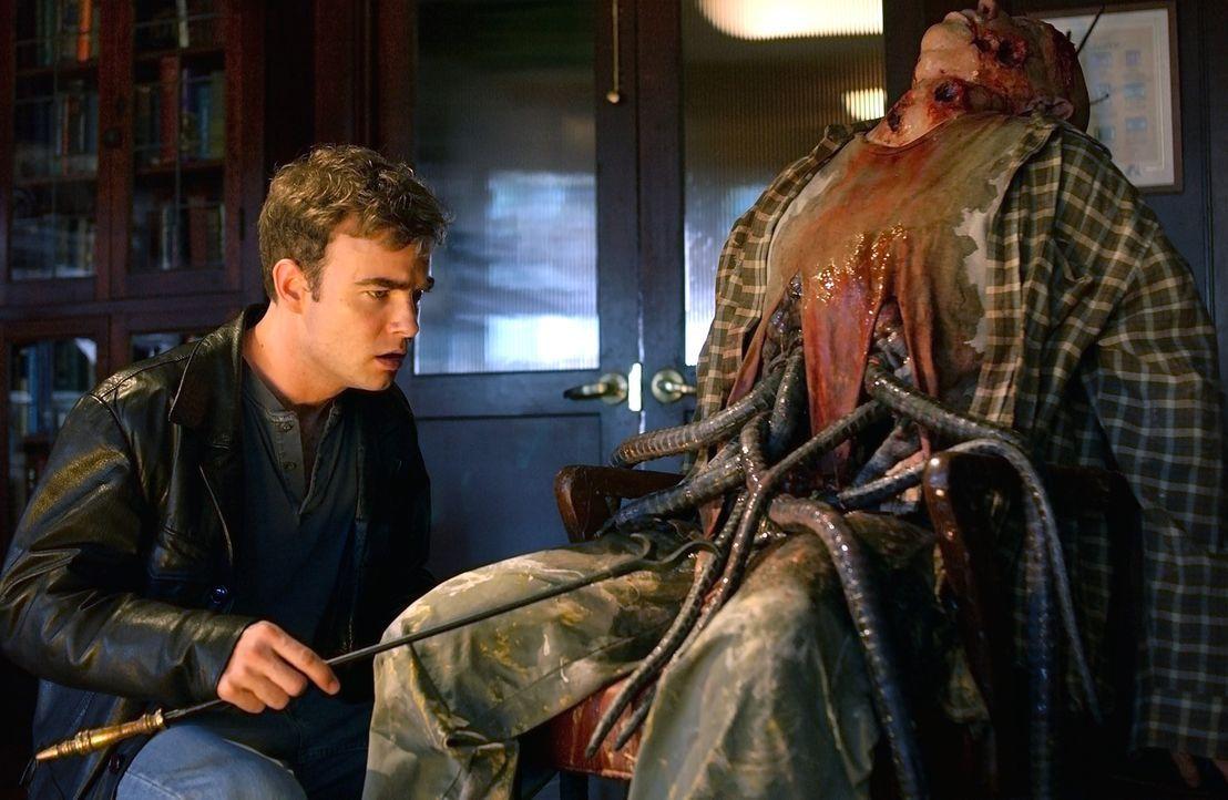 Abotts attraktiver Assistent Dean (Robin Dunne, l.) entwickelt mehr und mehr Abscheu gegenüber den Experimenten seines Chefs ... - Bildquelle: 2007 MGM International Television Distribution