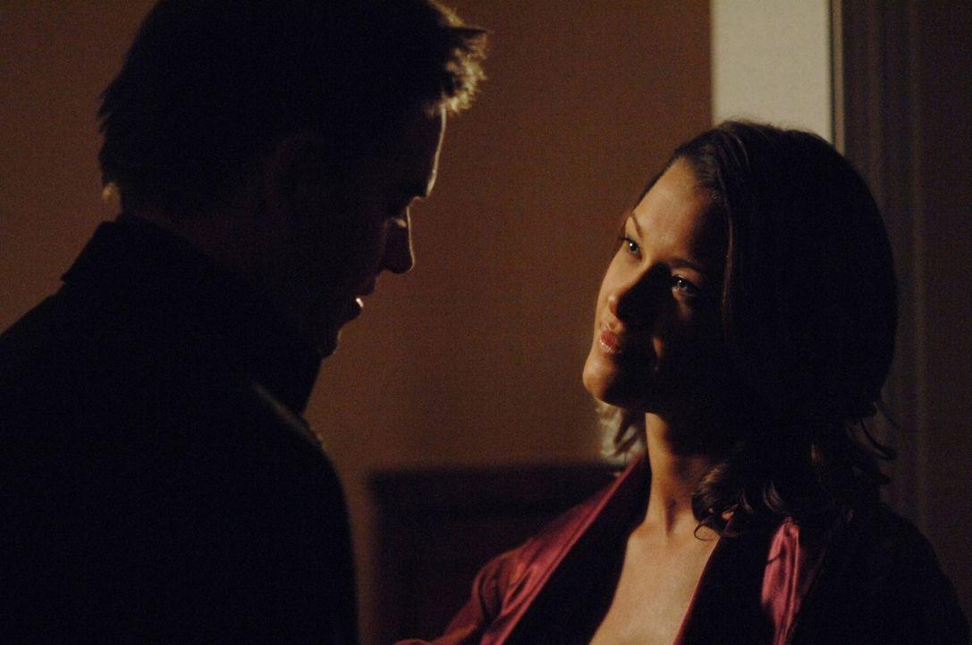 Jeanne Benoit (Scottie Thompson, l.) und Anthony DiNozzo (Michael Weatherly, r.)  genießen die Nähe zueinander ... - Bildquelle: CBS Television