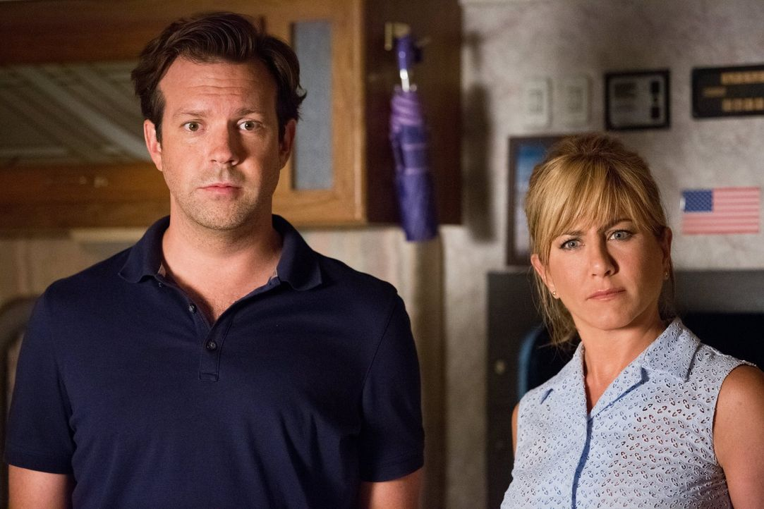 Der idiotensichere Plan gerät ins Wanken, als David (Jason Sudeikis, l.), Rose (Jennifer Aniston, r.) und die Kinder den hilfsbereiten Fitzgeralds i... - Bildquelle: 2013 Warner Brothers.  All rights reserved.