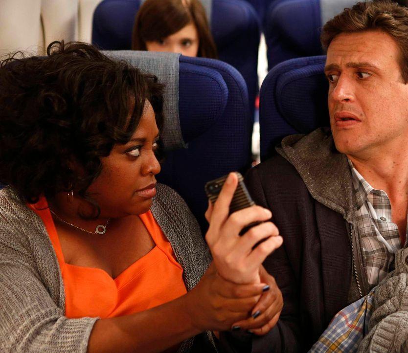 Die Hochzeit von Barney und Robin steht bevor, doch während Marshall (Jason Segel, r.) sich auf dem Weg nach New York mit Daphne (Sherri Shepherd, l... - Bildquelle: 2013 Twentieth Century Fox Film Corporation. All rights reserved.