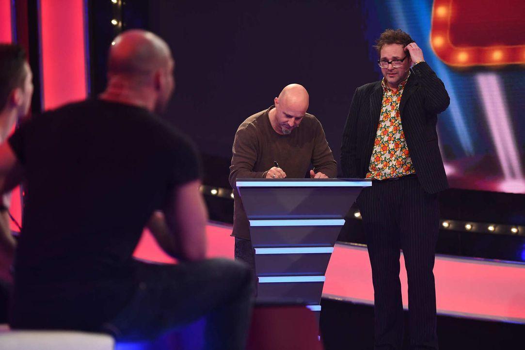 """Detlef Steve (2.v.r.) ahnt noch nicht, was bei """"Paul Panzers (r.) Comedy Spieleabend"""" wirklich auf ihn zukommt ... - Bildquelle: Willi Weber SAT.1"""