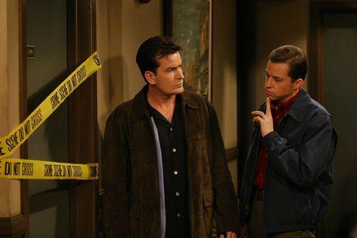 Two and a Half Men - Um Charlie (Charlie Sheen, l.) zu helfen, hat Alan (Jon...
