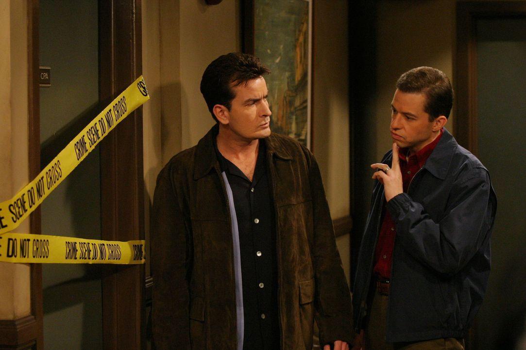 Um Charlie (Charlie Sheen, l.) zu helfen, hat Alan (Jon Cryer, r.) ein drastisches Sparprogramm entworfen ... - Bildquelle: Warner Brothers Entertainment Inc.