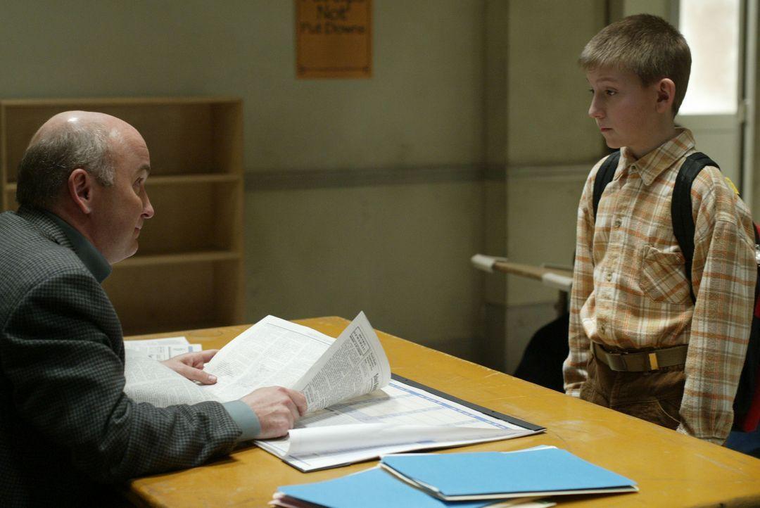 Dewey (Eric Per Sullivan, r.) unterzieht sich bei Mr. Sheridan (Matt Malloy, l.) einem Hochbegabtentest, um gegebenenfalls in eine spezielle Klasse... - Bildquelle: TM +   2000 Twentieth Century Fox Film Corporation. All Rights Reserved.