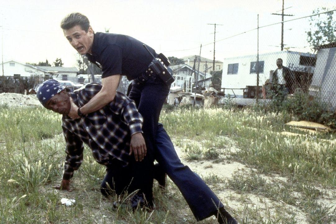 Bei Verhaftungen in den Slums von L. A. geht Cop McGavin (Sean Penn) meist nicht gerade zimperlich vor ... - Bildquelle: Orion Pictures Corporation