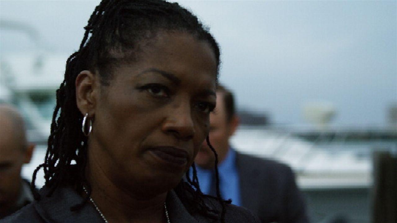 Sie entscheidet, dass Marty Kingston und Det. Dan Sullivan ab sofort zusammenarbeiten werden: Captain Walkers (Linda Boston) Anweisungen sind Gesetz... - Bildquelle: 2011 Twentieth Century Fox