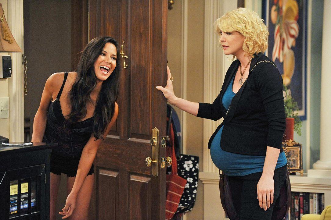 Billie (Jenna Elfman, r.) muss erkennen, dass sie die Säuglingsschwester Nicole (Olivia Munn, r.) völlig falsch eingeschätzt hat ... - Bildquelle: 2009 CBS Broadcasting Inc. All Rights Reserved