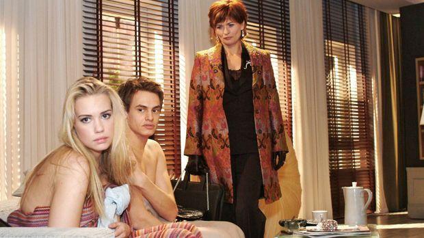 Kim (Lara-Isabelle Rentinck, l.) ist es sehr unangenehm, dass Alexander (Shai...