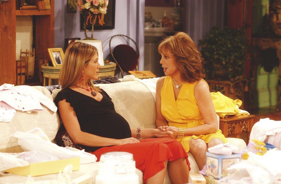 Mrs. Green (Marlo Thomas, r.) verspricht ihrer Tochter Rachel (Jennifer Aniston, l.), bis zur Geburt ihres Kindes bei ihr zu bleiben. - Bildquelle: TM+  WARNER BROS.