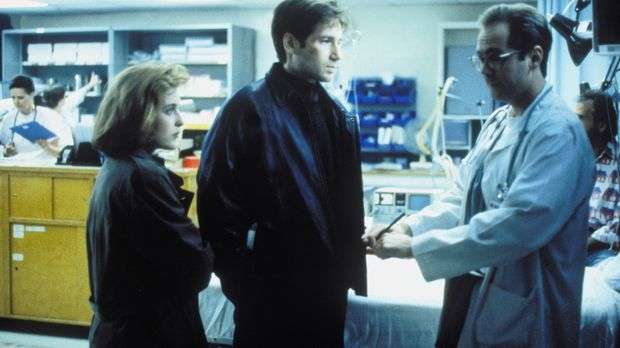 Mulder (David Duchovny, M.) und Scully (Gillian Anderson, l.) vermuten, dass...