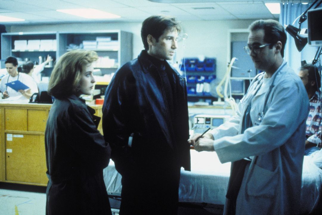 Mulder (David Duchovny, M.) und Scully (Gillian Anderson, l.) vermuten, dass die Bewohner, die ins Krankenhaus eingeliefert wurden, mit außerirdisc... - Bildquelle: TM +   Twentieth Century Fox Film Corporation. All Rights Reserved.