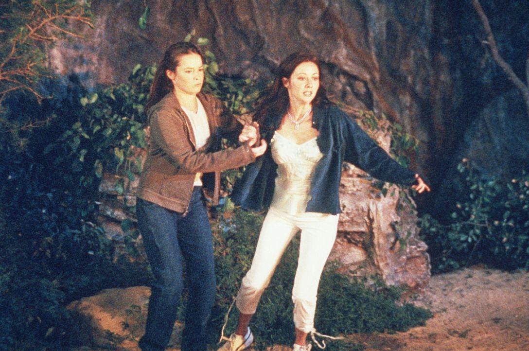Piper (Holly Marie Combs, l.) und Prue (Shannen Doherty, r.) versuchen zu fliehen. - Bildquelle: Paramount Pictures