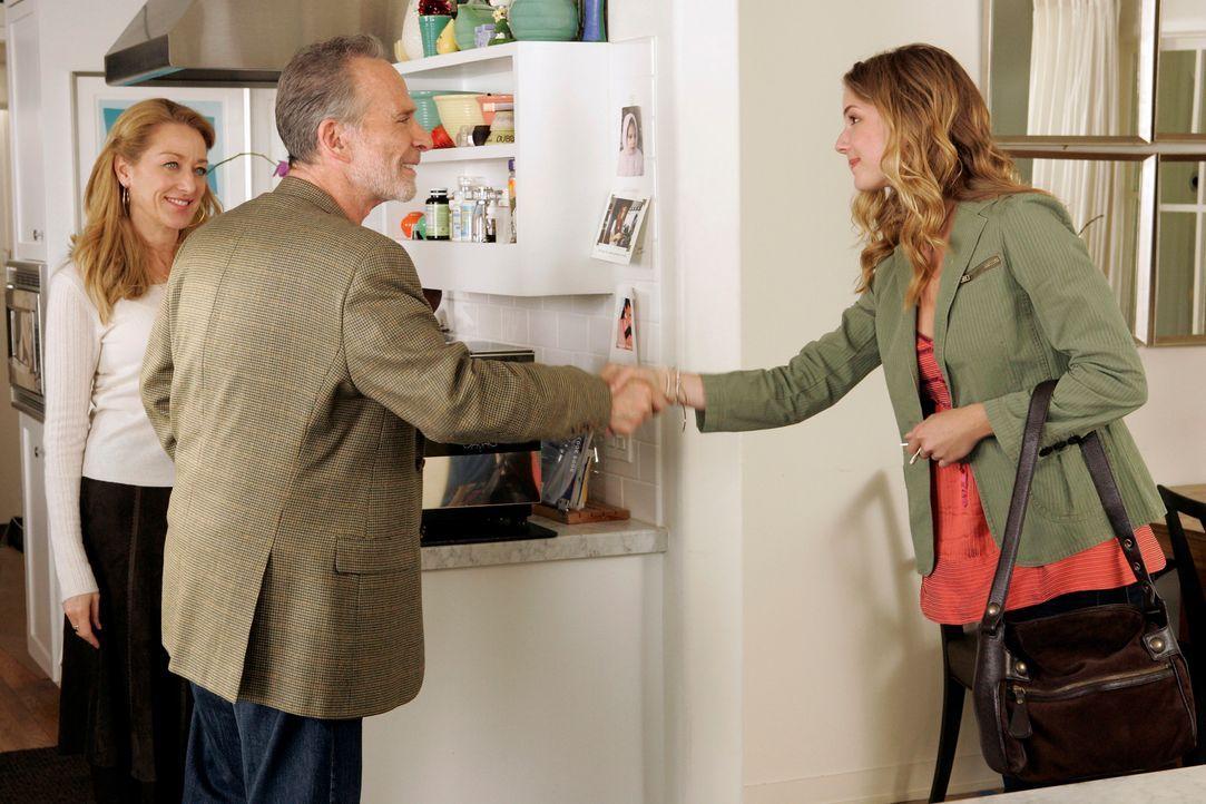 Rebecca (Emily VanCamp, r.) lernt den Freund (Ron Rifkin, M.) ihrer Mutter Holly (Patricia Wettig, l.) kennen. Ist er für den plötzlichen Reichtum... - Bildquelle: Disney - ABC International Television