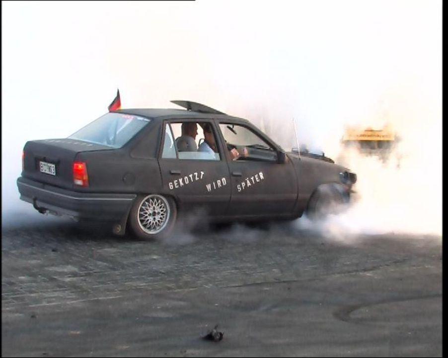 Finanzkrise hin, Opel auf Schlingerkurs her - das Auto muss rollen ... - Bildquelle: SAT.1