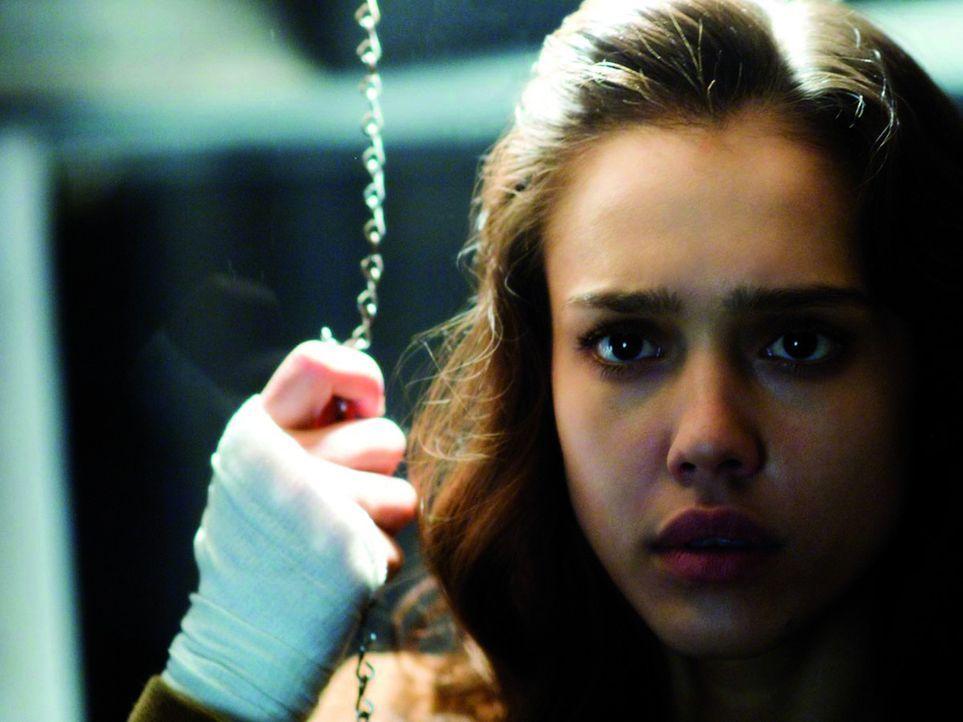 Schon bald nach der Transplantation glaubt Sydney (Jessica Alba), dass sie mit den neuen Augen tote Menschen sieht, die keine Ruhe finden können. D...