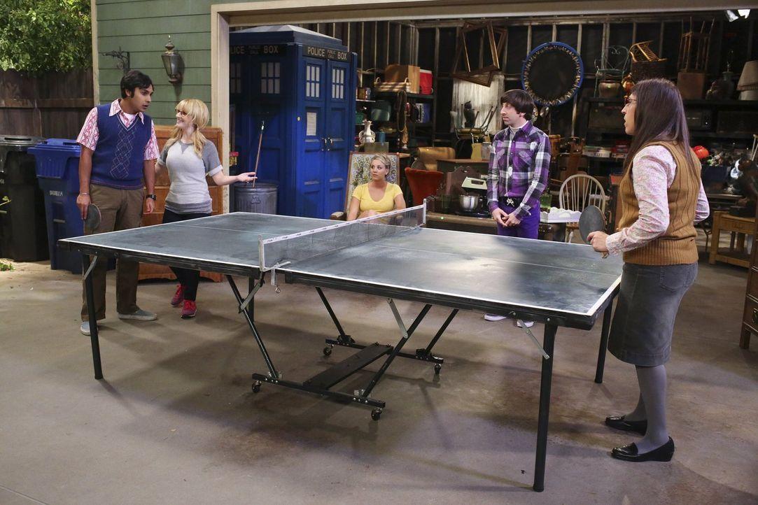 Ein Tischtennis-Turnier soll entscheiden, welche Dinge Howard aus seiner Vergangenheit behalten darf: Bernadette (Melissa Rauch, 2.v.l.), Howard (Si... - Bildquelle: Warner Bros. Television