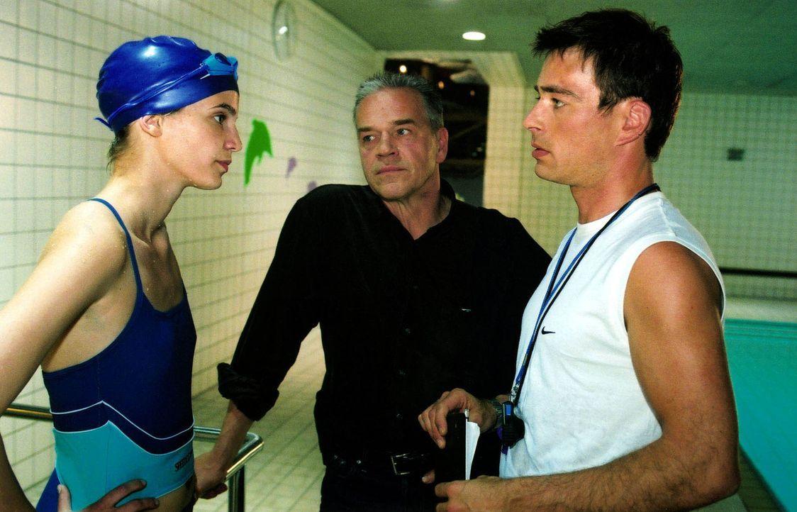 Kommissar Wolff (Jürgen Heinrich, M.) beobachtet einen Streit zwischen Kirsten Jäger (Rike Schmidt, l.), der Halbschwester der Ermordeten, und Oliver Geiss (Jan Sosniok, r.).