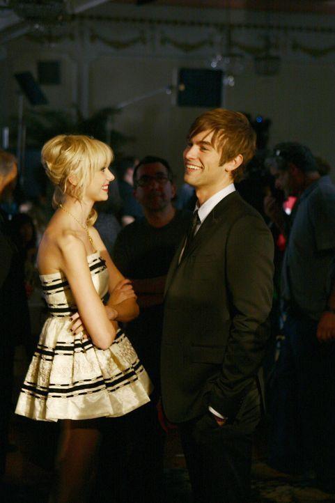 Verstehen sich prächtig: Nate (Chace Crawford, l.) und Jenny (Taylor Momsen, r.) ... - Bildquelle: Warner Bros. Television