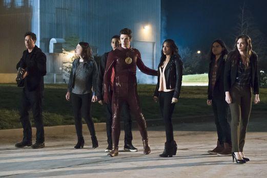 The Flash - Während Barry alias The Flash (Grant Gustin, 4.v.r.) vor Wut auf...