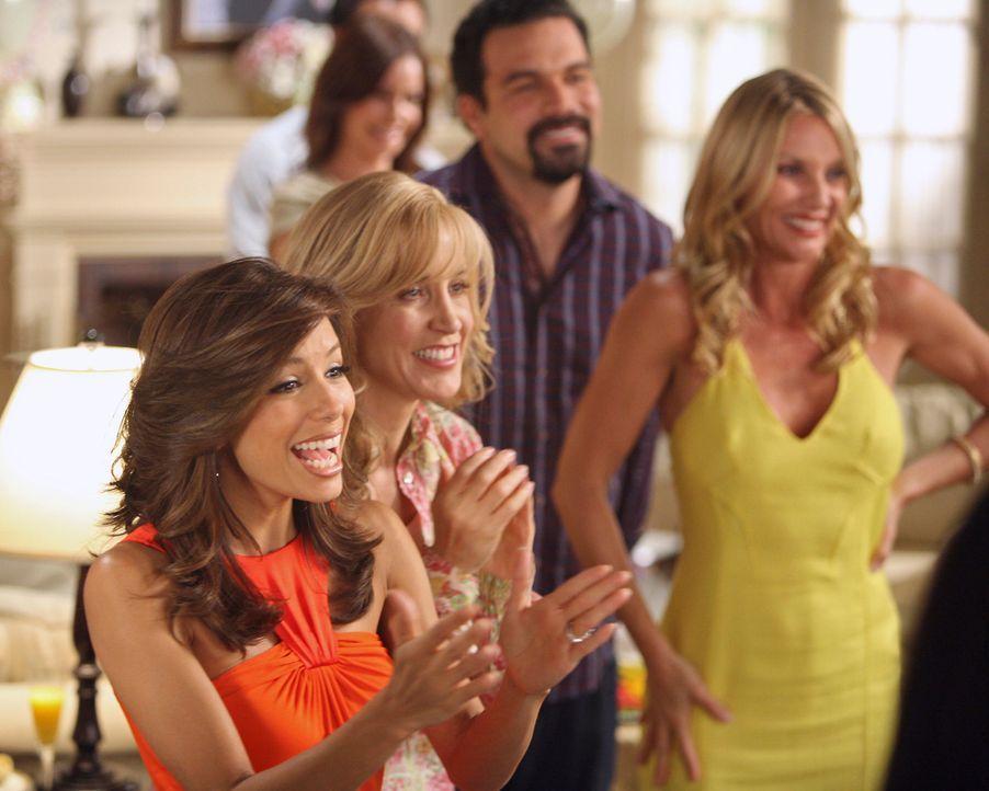 Ahnen nicht, dass sich Bree über ihre Party ganz und gar nicht freut: Gabrielle (Eva Longoria, l.), Lynette (Felicity Huffman, 2.v.l.), Edie (Nicole... - Bildquelle: ABC Studios