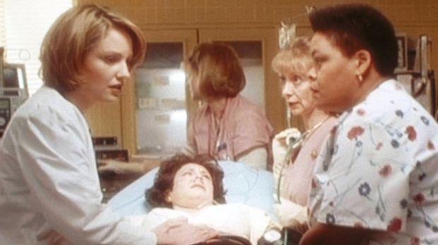 Dr. Lewis (Sherry Stringfield, l.) gelingt es in letzter Sekunde, einen Tumor...