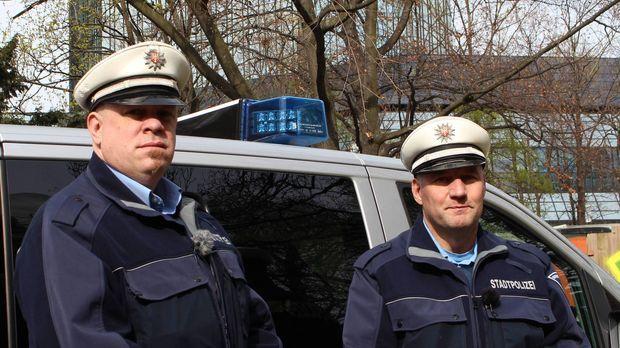 (6. Staffel) - Mein Revier - Ordnungshüter räumen auf: Manuel Seyfried (l.) u...