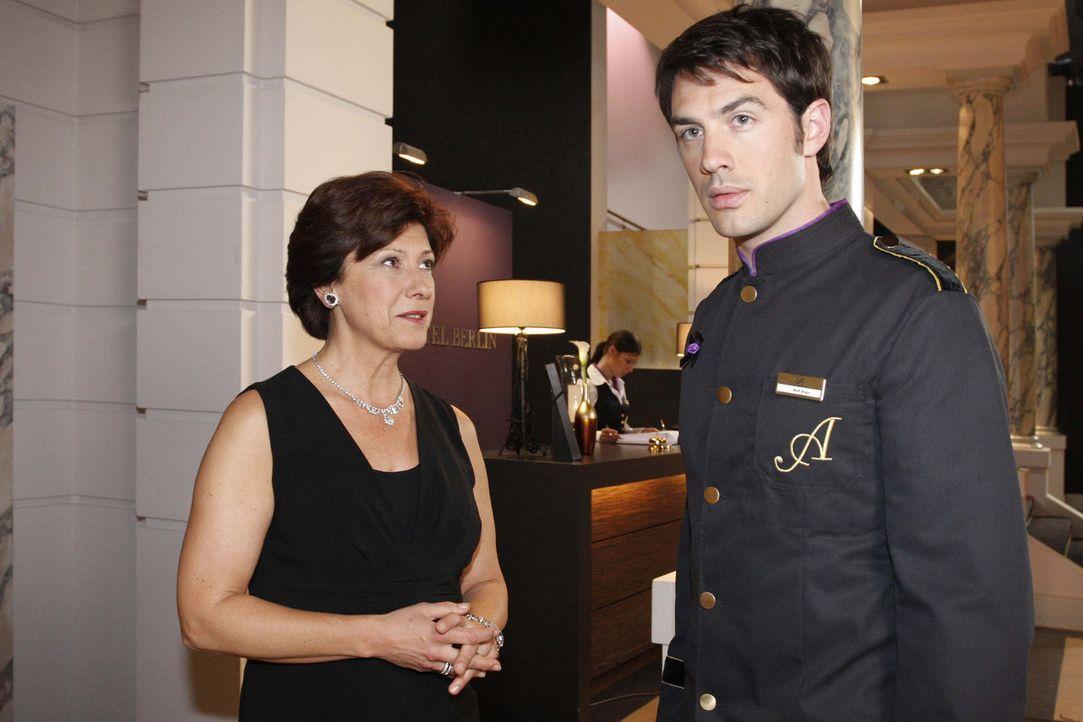 Mark (Arne Stephan, r.) wird neugierig, als Ingrid (Olivia Silhavy, l.) ihn zu einem Treffen einlädt. - Bildquelle: SAT.1