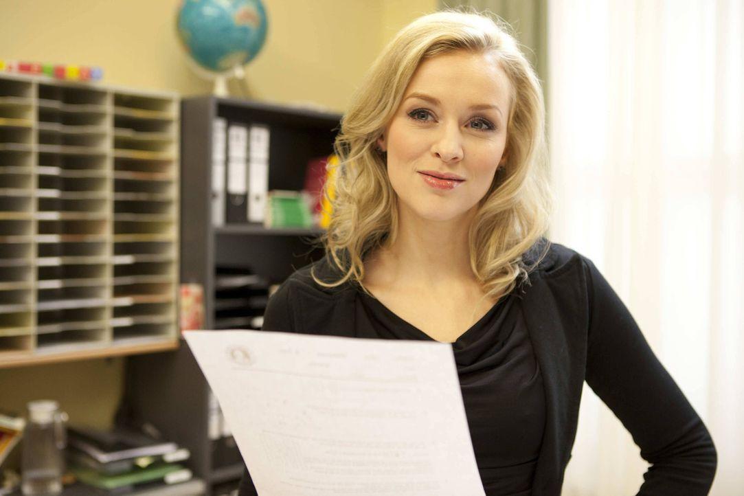 Alexandra (Verena Mundhenke) findet Beas Kopiervorlage, die Ingrid im Kopierer vergessen hat ... - Bildquelle: SAT.1