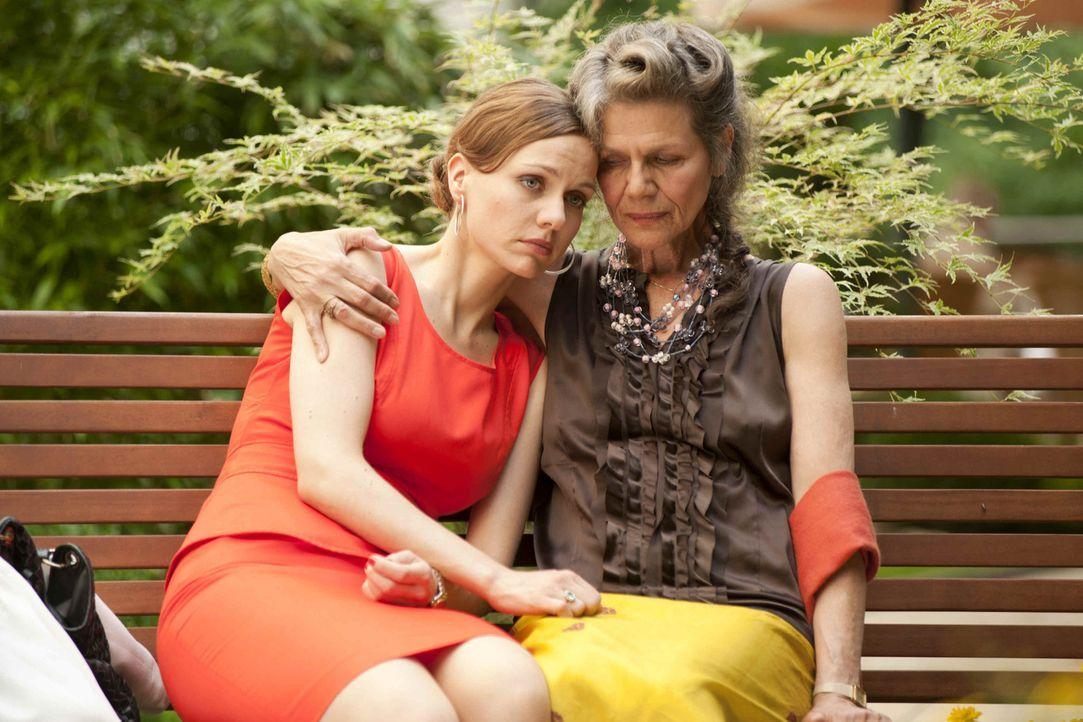Kerstin (Nadja Becker, r.) ist ungewollt schwanger und vertraut sich ihrer Mutter (Grischa Huber, r.) an. Die beiden finden nach Jahren endlich wied... - Bildquelle: SAT.1
