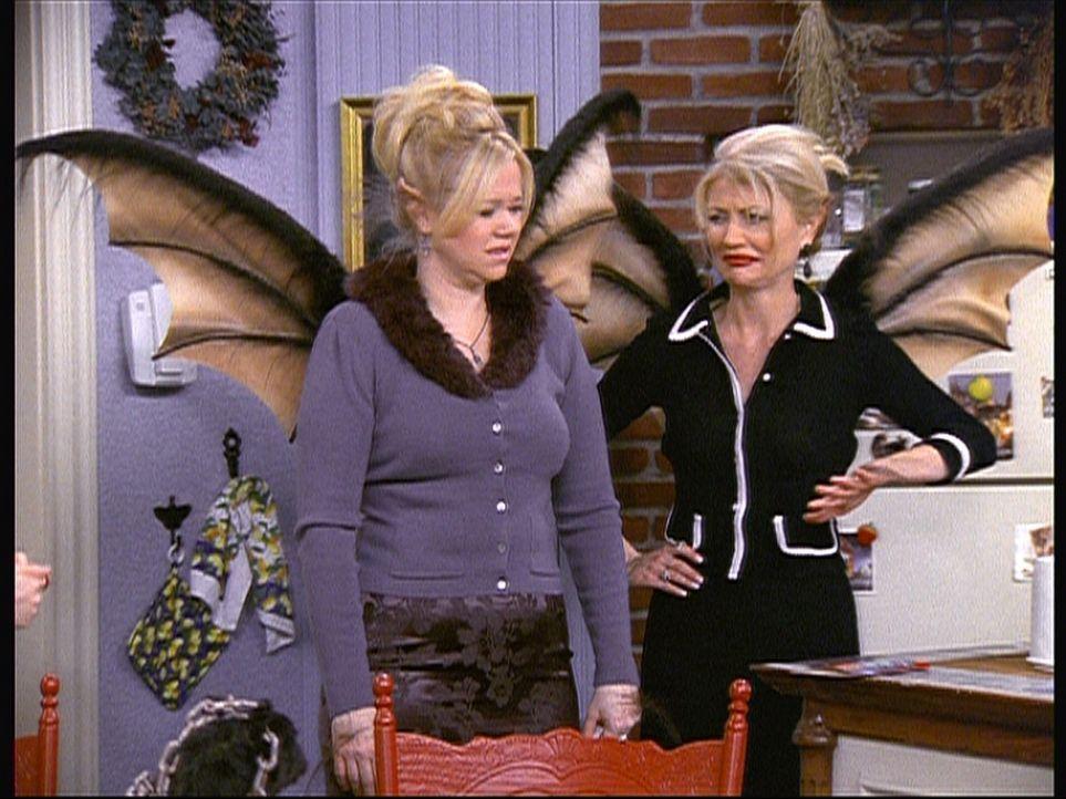 Hilda (Caroline Rhea, l.) und Zelda (Beth Broderick, r.) wachsen Flügel, weil sie Kettenbriefe verschickt haben. - Bildquelle: Paramount Pictures