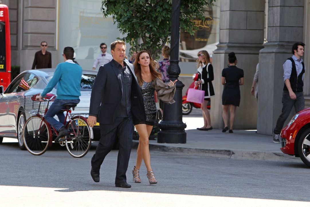 Noch genießt er den Spezialauftrag in Frankreich: DiNozzo (Michael Weatherly, vorne l.) hat Amanda (Meg Chambers Steedle, vorne r.) gefunden, die To... - Bildquelle: CBS Television