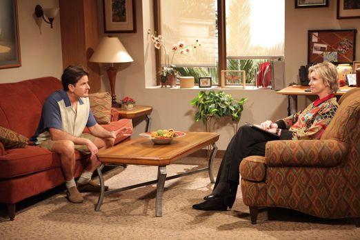Two and a Half Men - Charlie (Charlie Sheen, l.) sagt seiner Freundin Chelsea...