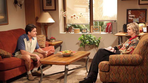 Charlie (Charlie Sheen, l.) sagt seiner Freundin Chelsea, dass er sie liebt....