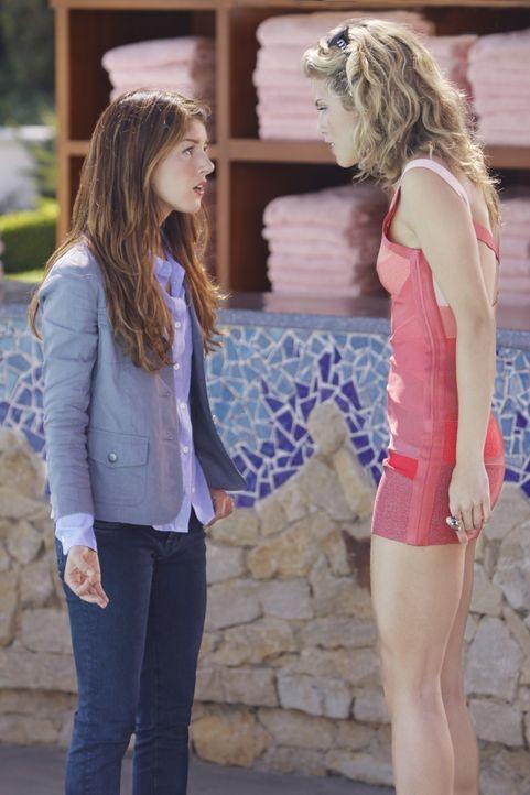 Wegen Annie (Shenae Grimes, l.) musste Naomi (AnnaLynne McCord, r.) die ganzen Ferien über auf eine Sommerschule gehen. Rache ist süß.... - Bildquelle: TM &   CBS Studios Inc. All Rights Reserved