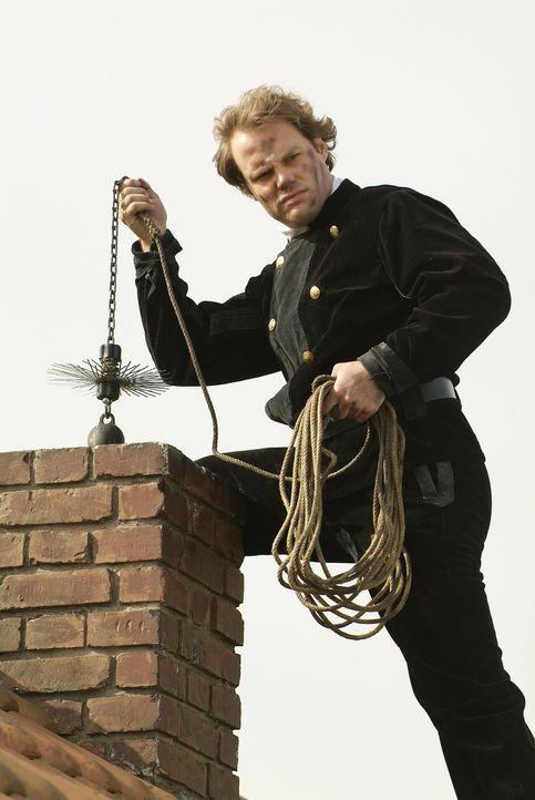 Glück sollen sie bringen, die Schornsteinfeger! Aber ihm selber wohl eher nicht. Obwohl er es bei diesem gefährlichen Job wirklich nötig hätte.... - Bildquelle: Sat.1